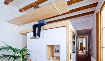 Gain de place : un bureau fixé au plafond ?